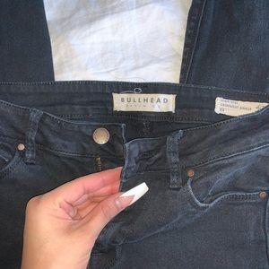 Bullhead black denim knee-distressed skinny jeans